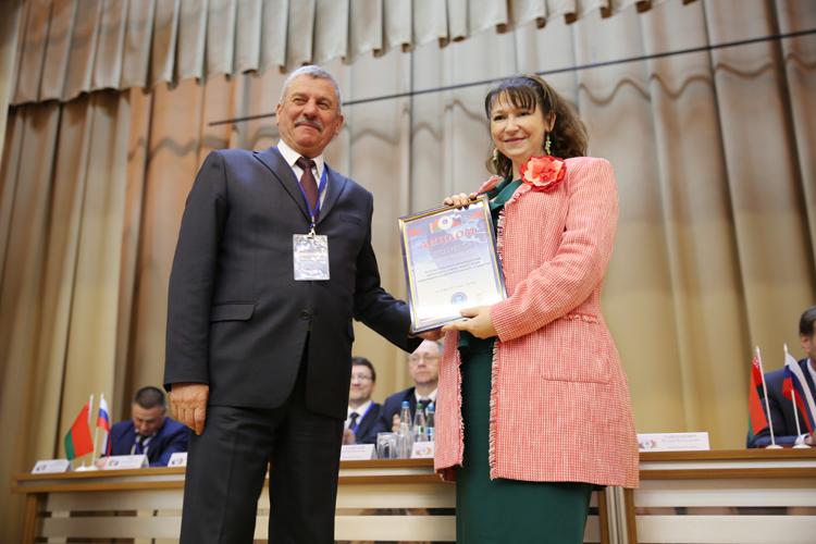 С. В. Конявская получает диплом