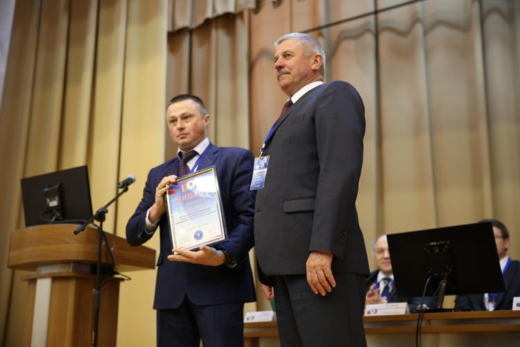 Д. Н. Шевцов получает диплом