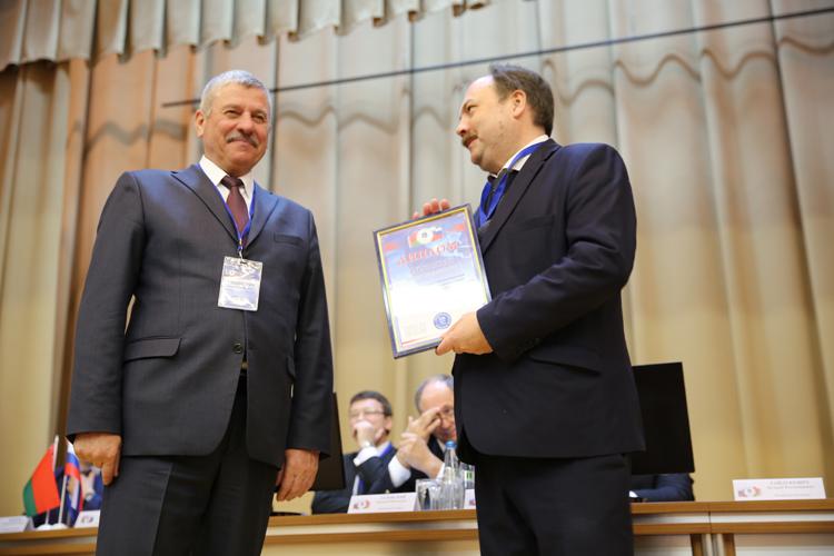 И. В. Аристархов получает диплом